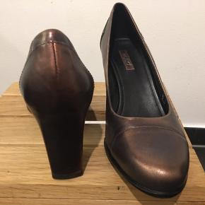 Smuk brunmetalic/kobberfarvet sko fra Ecco.  Kun haft på en aften. Derfor som ny.
