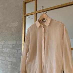 Super smuk silkeskjorte. Nypris 1650kr. Passer også str. 36/38, da den er lidt oversize