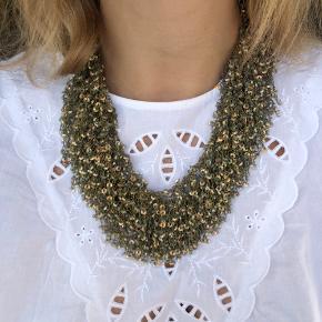 Flot statement halskæde fra pico med palietter. Kan bruges enkelt eller dobbelt.