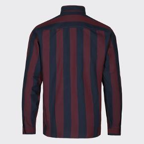 Sælger denne lækre og stilede skjorte fra det populære danske modemærke, Minimum. Den er aldrig brugt og er en helt ny vare denne sæson.  Link til skjorten er her: https://minimum.dk/langkjaer-long-sleeved-shirt-6279-p20488?variant=363&gclid=CjwKCAjw1_PqBRBIEiwA71rmtcQ5gMr0L9R6Lvbrqu3Ol2xG9XFG1fHYrgnearUlQ70W7Oen1jr54RoCUnkQAvD_BwE  byd!