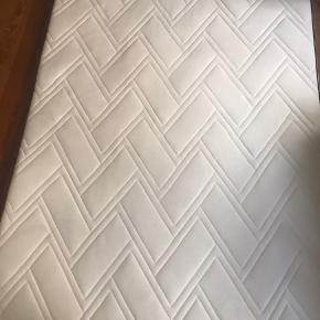 140 x 200 cm  5 cm tyk topmadras med vaskbart strækbetræk og kerne af åndbar latex, som effektivt leder overskydende varme væk.  Købt i November 2018. Den har desværre en kaffeplet på den ene side, men derudover virker den fuldstændig upåklageligt. Den anden side har ingen mærker.   Oprindelig pris: 3500 KR   Afhentes i Haderslev