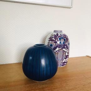 """Aluminia. Marselis vase fra 1952 af Nils Thorsen, i mørkeblå glaseret fajance. Nr. 2628. Står rigtig flot, uden skår eller revner, men kun med en lille smule """"ridser"""" i glaseringen der viser at den har haft et langt liv. Se billeder."""