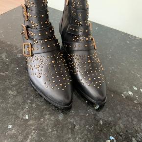 Smukkeste støvler med guld nitter  Ægte læder - brugt sparsomt max 2 gange   Np 1390