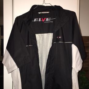 Fed windbreaker med albuelangeærme, som også kan bruges som lagpålag på andre jakker
