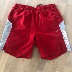 Badeshorts fra Nike med elastisk linning.  Livvidde: 82-110cm. Benlængde: 21cm. (Innersømmen)