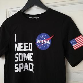 Fin t-shirt med NASA print og tekst, egentlig til drenge men passer en kvinde str S/M