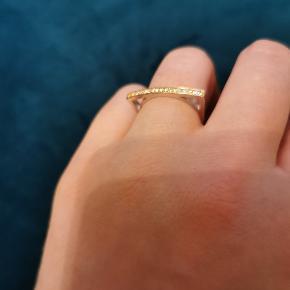 Smuk sølv ring med fg. Top og zirkonia. Designet af Sif Jacobs. Jeg har to ens ring i Str. 52 og 54 Begge ringe er i perfekt stand og har aldrig været brugt.  Kan sendes med gls uden omdeling til 39kr. Ny pris : 899 kr. Sælges for 200 kr.