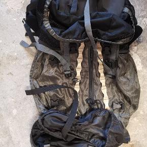 Asivik vandrerygsæk eller backpacker-rygsæk Super lækker 70 liter En masse gode funktioner Vandtæt rum Inklusiv regnslag En lyslås er gået i stykker men burde kunne repareres - derfor sælges den relativt billigt #godtfund #secondhandsummer