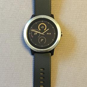 Garmin Vivoactive 3 smartwatch i sort / rustfrit stål med stål spænde. Uret kommer i original æske med ladekabel og brugsvejledning. Kun lidt brugt og derfor i meget god stand.  GPS funktion, pulsmåler og adskillige sport apps.