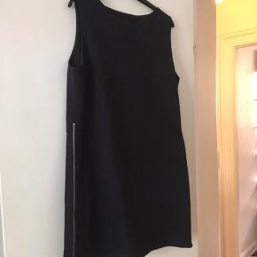 Klassisk kjole, med lynlås i siden. Den har nogle brugsspor på indsiden ( i foret ), men fremstår ellers som ny💝
