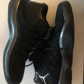 Brugt kun en gang   Basketball sko   Gamosa style i sort farver  Sælges til 700kr  Køber betaler fragt