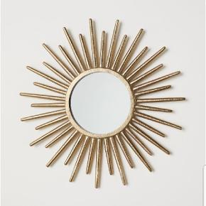 Spejl med præget metalramme fra H&M Diameter: 12 cm, rammens diameter 33 cm.