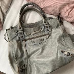 Jeg har for et par år siden købt denne taske brugt og har derfor ikke en kvittering. Jeg får den simpelthen ikke brugt. Jeg sælger den meget billigt da kvittering ikke medfølger.