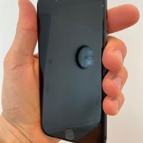 Brugt iPhone 8 med almindelige brugsspor. 64 gb sort.  Sælges inkl. original oplader og kabel.  Højtaler knap så kraftig længere, trænger måske til en rensning.