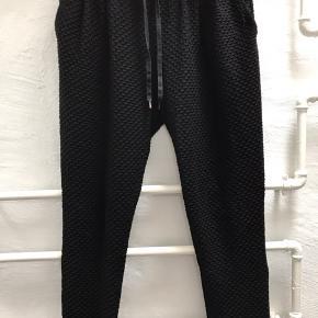 Fine bløde tyndere bukser.  Hedder M, men det er de ikke - de er en L eller XL