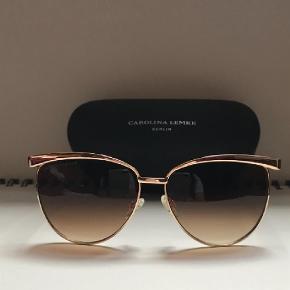Brand: Carolina Lemke Varetype: Solbriller Størrelse: One size Farve: Brun  Fine elegante solbriller med brunlig glas og guldramme.