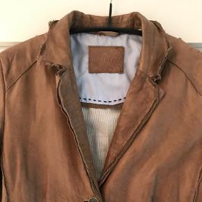 SUPERSKØN og handskeblød retro jakke fra Lloyd - kun brugt få gange og helt som ny. Utallige detaljer og SÅ lækker. Bytter ikke.