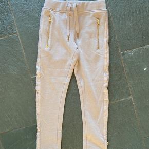 Nye Lyslilla (meget lyse) PDL bukser str 122. Flot effekt med palietter ned af benene. Sender gerne.