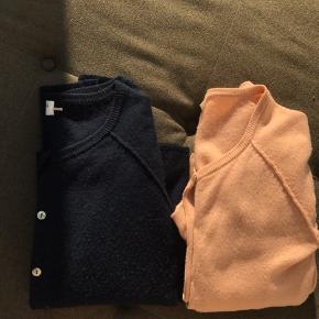 Rosemunde cashmere cardigans. Sælges som par og seperat. En cardigan 300,- to cardigans 450,-  Den mørkeblå er str. s, den laksefarvede er str. xs.