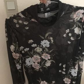 Så fin bluse fra Nelly trend. Aldrig brugt. Sælges kun da den er for stor til mig. Bytter gerne med en str. S  Nypris 299kr