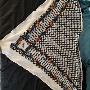 Flot tørklæde - brugt ganske lidt- købt hos Laura Thomsen.com. Har desværre mistet kvittering - men det er 100 ægte. Nypris 2600. Farven er alabast.   Mp 1900 og besvarer ikke bud under.