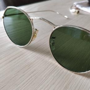 Oliver Peoples solbriller lavet i forbindelse med deres 30 års jubilæum. Solbrillerne er helt nye og har aldrig været brugt, og kommer med det følgende tilbehør som vist på sidste billede.  Solbrillerne har grøn linse og filigran rundt hele stellet.  Dimensionerne er følgende: 47/20/145
