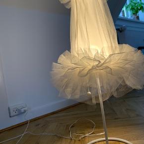 Hvid tyl lampe fra i IKEA. Ikke brugt særlig meget, så i fin stand. *Tryk på billedet for fuld størrelse*