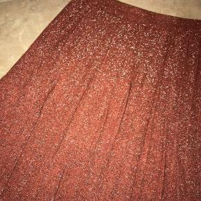 ✨ Smuk lyserød glimmer nederdel fra VILA. Str S. KUN prøvet på! ✨   ✨ FLYTTESALG - BYD! mængerabat gives evt. send en besked og vi finder ud af det
