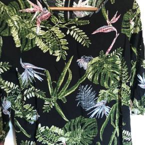 Bluse med mønster fra Only. Der er lille lynlås i nakken som ekstra detalje.