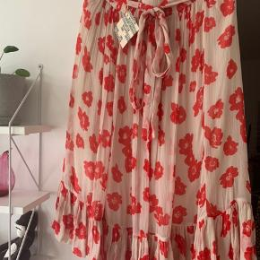 Selda poppy nederdel, størrelse 38, aldrig brugt med prismærke på.