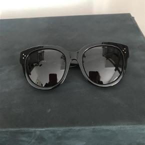 Varetype: solbriller Størrelse: Onesize Farve: sort Oprindelig købspris: 2450 kr.  Sorte klassiske Céline solbriller i super flot stand. Originalt etui og pudseklud følger med. Bytter ikke.