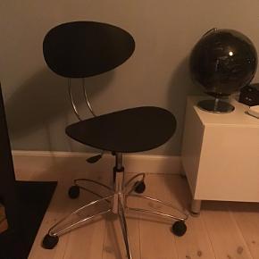 Italiensk design kontorstol i retro-look fra Sintesi. Model: Elyt. Der findes spisebordsstole i samme design, mens kontorstolen er produceret i færre eksemplarer.  Virkelig smukt og rent design.   Nypris ca. 2.200 (hvad jeg så på international møbel-hjemmeside for et par år siden)