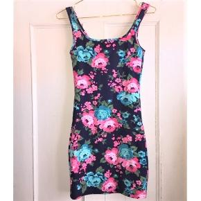 Smuk blomstret kjole 🌸  Str. Small men svarer til str. X-small 😊  Tags: blomster mønster fin mønstret gina tricot pink lyserød lyseblå blå mørkeblå 34 xs xsmall sommer sommerkjole