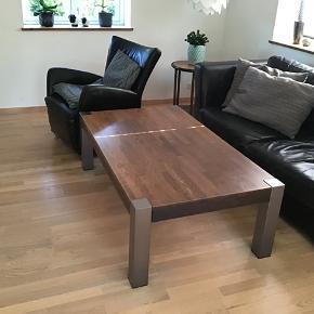 Sofabord i egetræ med metalben. Rigtig pæn stand. Mål: 140x80x48  BYD gerne