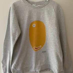 Grå sweater med print fra PIECES Køber betaler evt. fragt Kan afhentes i Skovlunde