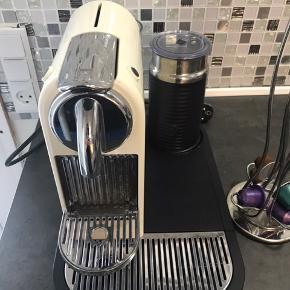 Testvindende kapselmaskine med mælkeskummer.   Denne kaffemaskine kan levere en perfekt smagsoplevelse, uanset om du er til Espresso, Lungo, Cappuccino eller noget helt fjerde. Det er muligt pga. den mælkeskummer, der kan lave fyldigt og blødt mælkeskum på et øjeblik. Mælken kan både skummes koldt og varmt.  Maskinens vandbeholder kan rumme 1 liter vand ad gangen, og maskinen er designet så den er let at holde ren.  Maskinen er brugt meget lidt. Fremstår i god stand. Nypris 1999 kr.  Den kan afhentes i Ishøj eller indre Kbh.