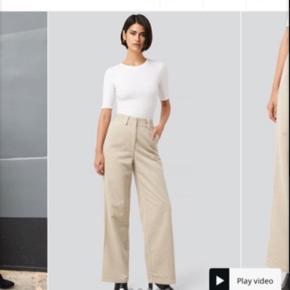 Beige fløjlsbukser, sælges ds de er for store. Byd endelig:)