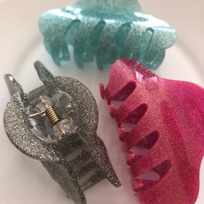 Hårklemme i glitter  Grå, pink eller turkis  Pris pr stk!  Kan hentes på Islands Brygge eller sendes efter ønske 💌  Brug gerne Køb Nu. 😊