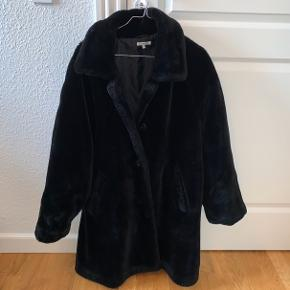 Helt fejlfri jakke i imiteret pels.