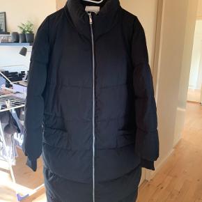 Helt ny lang dyne jakke str xl  Mærke : Jacqueline de yong  Har klippet mærket af og smidt bon væk , kan derfor ikke returnere den.  Sender ikke!