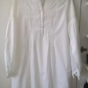 BEL AIR Skjorte-Kjole i hvid bomuld.  Længde 92 cm, bredde bryst 52x2 cm. Kan sendes med dao, eller afhentning kbh. Ø. Se også mine andre annoncer. Pris er fast.  Handler bank + p, eller afhentning kbh. Ø