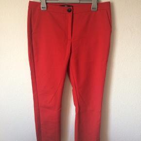 Mango - bukser Str. 42 Næsten som ny Farve: rød Lavet af: 54% cotton, 43% polyamide og 3% elasthane Lining: 100% polyester Mål: Livvidde: 88 cm hele vejen rundt Længde: Ydre: 93 cm Indre: 66,5 cm Køber betaler Porto!  >ER ÅBEN FOR BUD<  •Se også mine andre annoncer•  BYTTER IKKE!