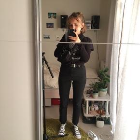 Nypris 350! BYD! Nye jeans fra monki, kun prøvet på med noget forskelligt tøj, men har aldrig været uden for huset. Må nok erkende at de er købt for små!  Det er en str 24. 155/62A. De er mega flotte og sidder rigtig godt. Desværre strammer de lidt for meget på mig :)