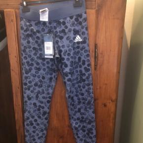 Rigtig fine leggings i str. 152 men passer en xs, har fået samme leggings i gave hvorfor jeg sælger dem. Kan afhentes på Frederiksberg eller Rødovre