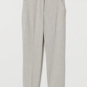 Lyst beige vævet jakkesæt.  Bukser i str 36, jakke i 34.  Jakken kostede 349, bukserne 249.  Aldrig brugt, stadigvæk med prismærke.  BYD:-)