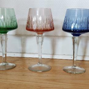 Virkelig flotte farvede ældre håndslebne vinglas. Højde 17 cm. Samlet pris