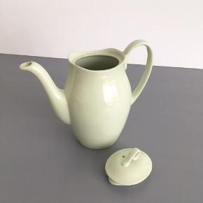 Sød te/ kakao kande fra engelske 'Green Cloud', i den fineste mintgrønne farve sælges.  Mål: Højde inkl. hank 19 cm. Kan indeholde 1 L.  Den er i perfekt stand.  Pris: 150,-kr.  Se også mine mange andre ting og sager😊- klik på mit profilbillede/ navn, for at se alle mine ting.