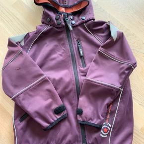 Molo softshell jakke i blomme - str 122 - pæn stand, dog lille hil på ærmet (kun overfladisk)  Kan sendes med posten eller hentes i Fredericia