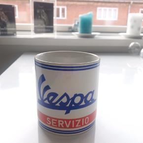 Sjov kaffe krus med text Vespa på. Kun let brugt. Fin kondition.