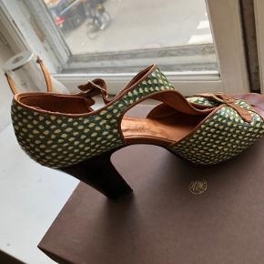 Smukke Chie Mihara heels i flot flaskegrøn!  De er super behagelige at gå i og passer godt til fx. Et par farvede strømper - eller hvis man er mere til hvid eller sort, så kan de også det.  De er brugt lidt og har forbrugsspor i bunden men ellers er de i perfekt stand! Pris er ikke fast, så byd endelig:)